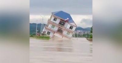 Video: Nước lũ cuốn sập nhà 3 tầng trong nháy mắt ở Giang Tây – Trung Quốc