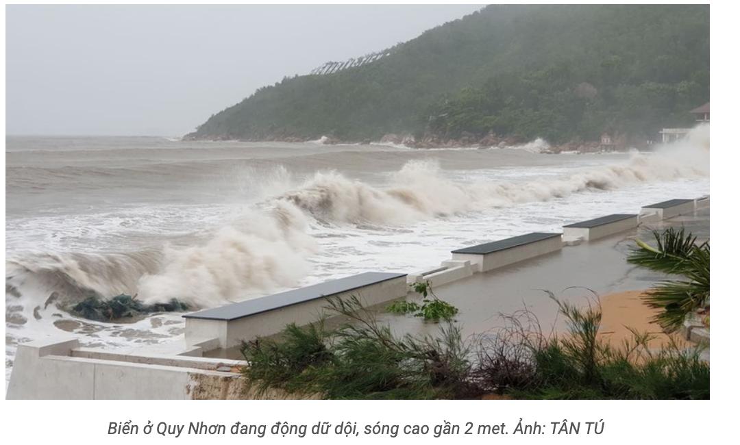 Biển ở Quy Nhơn đang động dữ dội, sóng cao gần 2m.