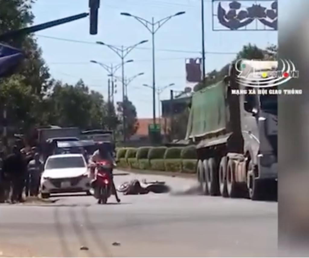 Vụ tai nạn khiến hai người đàn ông trên xe máy cùng phương tiện ngã văng ra đường
