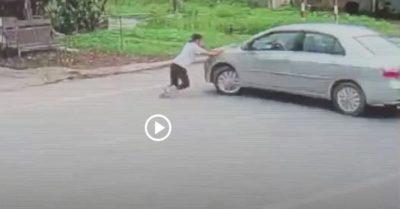 Video: Người đàn ông đi ôtô cướp 2 két bia, bé gái liều mình chặn đầu xe ngăn cản