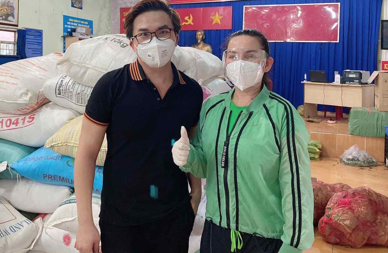 Ca sĩ Phi Nhung và Đại Nghĩa trong một lần di làm từ thiện (ảnh facebook Phi Nhung Pham).