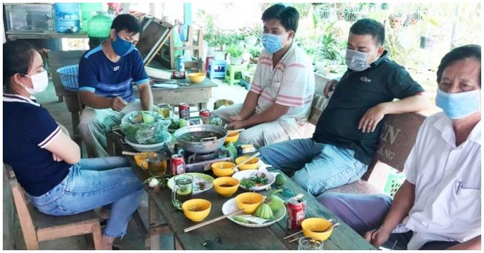 Hiệu trưởng trường Tiểu học - THCS Trần Quang Khải tụ tập ăn nhậu cùng một số người trong thời gian giãn cách (ảnh Báo An Giang).